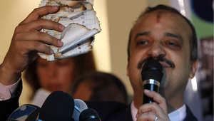 أرشيف- القيادي في الإخوان محمد البلتاجي يعرض أوراق انتاخاب محروقة في مؤتمر صحفي بالقاهرة حول الانتخابات في 30 نوفمبر/ تشرين الثاني 2010