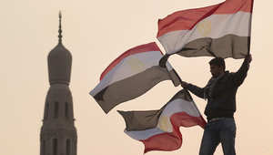 شاب يحمل العلم المصري