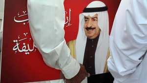 أحد مؤيدي الحكومة البحرينية يحمل صورة رئيس الحكومة خليفة بن سلمان