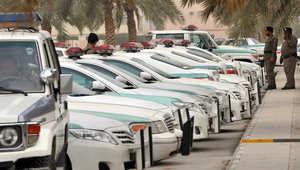 """سيارات ورجال الشرطة السعودية أمام """"مسجد الراجحي"""" بوسط مدينة الرياض في مارس 2011"""
