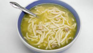 هل حساء الدجاج يحارب فعلاً نزلات البرد؟