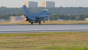 طائرة F-16 تقلع من قاعدة فورت ورث- بولاية تكساس متوجهة إلى مصر