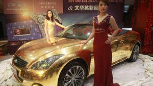 سيارة رياضية فاخرة من إنفينيتي مطلية بالذهب في متجر مجوهرات بالصين