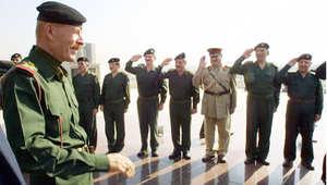 عزة إبراهيم نائب رئيس مجلس قيادة الثورة العراقية، يحيي مجموعة من كبار الضباط في الاحتفال بالذكرى 34 لثورة البعث، 17 يوليو/ تموز 2002