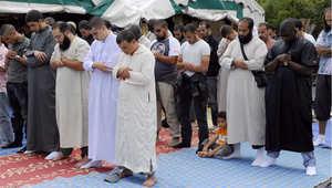 صورة أرشيفية من 2011 لمسلمين يؤدون صلاة الجمعة في خيمة بمدينة جونيفيليه بفرنسا، خارج مصلى بتنازعون ملكية مكانه مع هيئة محلية