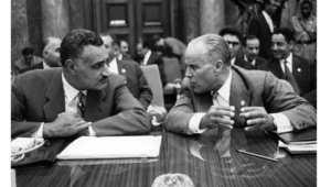 الرئيس المصري الراحل جمال عبد الناصر (يسار) مع الرئيس التونسي الراحل الحبيب بورقيبه، يتحدثان خلال قمة دول عدم الانحياز في بلغراد، 6 سبتمبر 1961