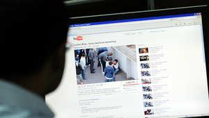 رجل يشاهد مقطع فيديو على موقع يوتيوب