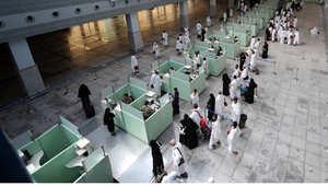 معتمرون في مطار جدة 2011