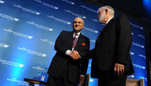 """شاهد.. مصافحة """"سعودية – إسرائيلية"""" رغم غياب العلاقات الرسمية.. وساتلوف: لحظة رمزية مهمة"""