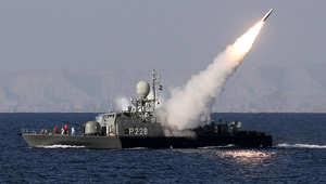 أرشيف- سفينة حربية إيرانية تطلق صاروخا من طراز محراب خلال مناورة بمضيق هرمز، 1 يناير/ كانون الثاني 2012