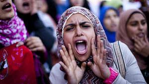 طالبات مصريات في مظاهرة أمام جامعة القاهرة في فبراير 2012