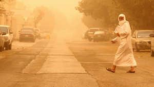 رجل سعودي يعبر أحد شوارع الرياض أثناء عاصفة رملية ضربت المملكة في 25 فبراير 2012