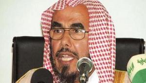 رد المطلق على سؤال عن حكم ارتداء العباءة يثير ضجة بالسعودية