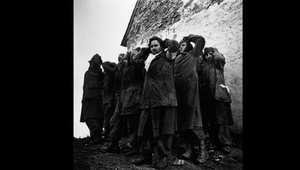 جنود ألمان وقعوا أسرى بقبضة القوات الأمريكية بانتظار ترحليهم إلى ما وراء الخطوط الأمامية