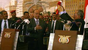 أرشيف - الرئيس اليمني السابق علي عبد الله صارح (يمين) يسلم السلطة إلى الرئيس عبدربه منصور هادي، 27 فبراير/ شباط 2012