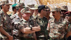 الفريق أول مشعل الزبن (يمين) مع الملك عبدالله الثاني عاهل الأردن (وسط) خلال تمرين الأسد المتأهب على الحدود الأردنية السعودية ، 24 مايو/ أيار 2012