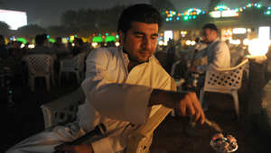 رجل سعودي يدخن النرجيلة في مقهى في الرياض