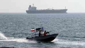 مسؤول أمريكي لـCNN: 5 سفن إيرانية تطلق أعيره نارية تحذيرية فوق سفينة شحن تحمل علم سنغافورة بالخليج