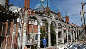 بالصور..راهب اسباني يبني منذ 50 عاماً كاتدرائية من المواد المعاد تدويرها