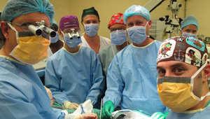 الفريق الطبي الذي قام بالعملية الجراحية الثوروية