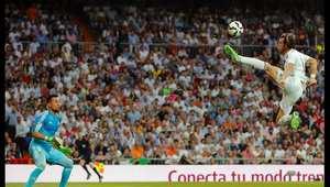 لاعب ريال مدريد غاريث بيل يلتقط الكرة أثناء مباراة في الدوري الاسباني لكرة القدم ضد فالنسيا