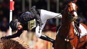 فارس يقاتل كي يبقى على حصانه