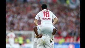 لاعب فريق شتوتغارت فيليب كوستيتش يحتفل مع زميله في مباراة ضمن الدوري الالماني