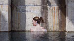 نساء يسبحن في عمق المحيط بلا تعب..فهل هن حقيقيات؟