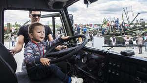 منتزه روسي عسكري للتسلية..الأطفال يركبون الدبابات ويلهون بمدافع حقيقية