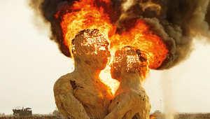 ألسنة من اللهب..تلتهم الأخصر واليابس في إحدى المهرجانات البعيدة في الصحراء
