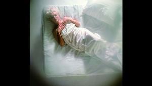 """مارلين مونرو..""""بكل إثارتها"""" على هذا السرير"""