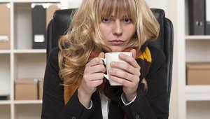 """""""الانحياز وصل إلى الهواء"""".. لماذا تشعر النساء بالبرد في المكتب؟"""
