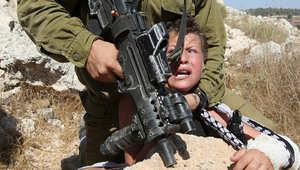 انتشار واسع لصورة جندي إسرائيلي يثبت رأس طفل فلسطيني.. ووالده لـCNN: كنت موجودا ويصعب على أي اب رؤية حصول ذلك لابنه