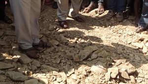 هندي يدفنه عمال الطرق حيا بعد سقوطه في حفرة