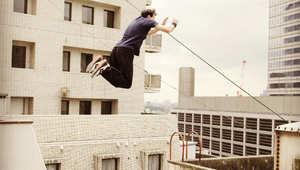 قفزة الموت والركض على الجدران والالتفاف في الهواء..حركات تستطيع أنت القيام بها