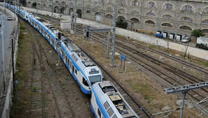 قطار يمر قرب مبنى البرلمان الجزائري