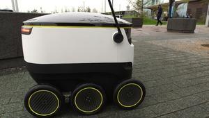 شاحنة مرسيدس هذه محمّلة بأسطول من الروبوتات