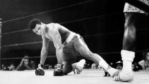 """قفازات محمد علي كلاي خلال """"ملاكمة القرن"""" تباع بـ 400 ألف دولار"""