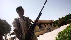 رجل أمن ليبي يحرس مجمع القنصلية الأمريكية في بنغازي بعد الهجوم الذي تعرضت له 11 سبتمبر/ ايلول 2012