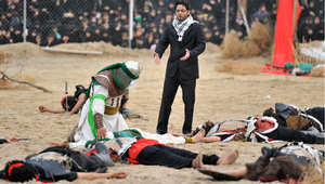 سعوديون في القطيف يشاهدون تمثيلا لواقعة مقتل الإمام الحسين في عاشوراء