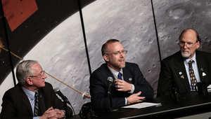 علماء من وكالة ناسا مشرفون على مركبة ماسنجر خلال مؤتمر صحفي عام 2012 لشرح نتائج رحلة المركبة إلى كوكب عطارد