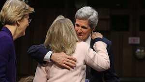 عناق بين وزير الخارجية الأمريكي جون كيري، وسلفه هيلاري كلينتون