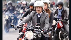 هل هؤلاء الرجال بالبزة الرسمية على الدراجات النارية الأكثر أناقة في العالم؟