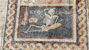 """""""استمتع بحياتك"""".. نصيحة من هيكل عظمي عمره 2400 عام"""