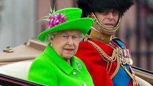 الملكة إليزابيث تحتفل بعيدها التسعين بموضتها الخاصة.. الأخضر الفاقع!