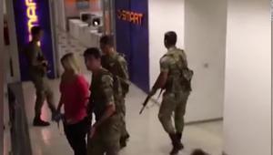 شاهد.. لحظة اقتحام جنود أتراك لمقر CNN Turk بأنقرة