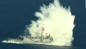 لحظة تدمير وإغراق سفينة حربية أمريكية خلال تدريبات عسكرية