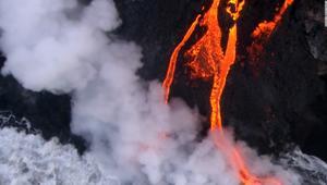 """حمم بركان """"كيلوا"""" تصل الى المحيط الهادئ بعد أشهر"""