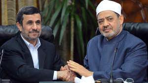 شيخ الأزهر أحمد الطيب يصافح الرئيس الإيراني السابق أحمدي نجاد خلال زيارته للجامع الأزهر بالقاهرة 5 فبراير/ شباط 2013