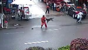 كلب مسعور يهاجم أكثر من عشرين صينياً بالشوارع